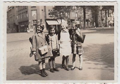 (F16298) Orig. Foto Mädchen auf der Straße in Köln, erster Schultag Ostern 1933