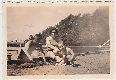 (F17781) Orig. Foto Dehnitz, Personen im Freibad >Goldenes Tälchen< 1935