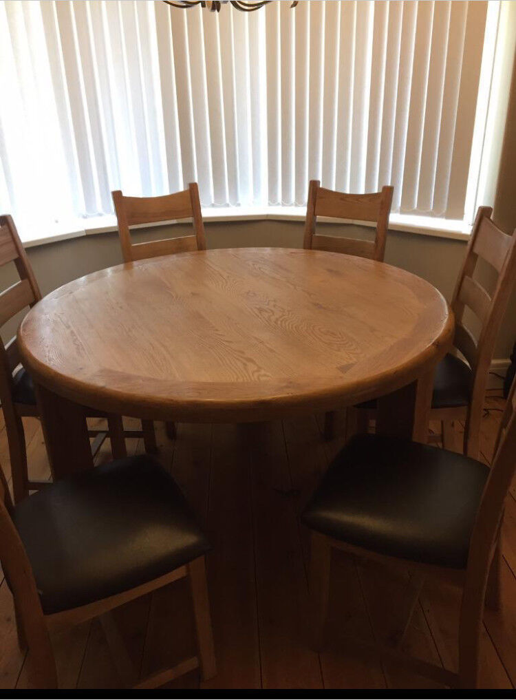Dining table and 6 chairs in oak wood