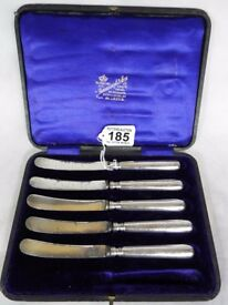 5 silver handled butter knives, each hallmarked for sheffield 1908 with original velvet lined case.
