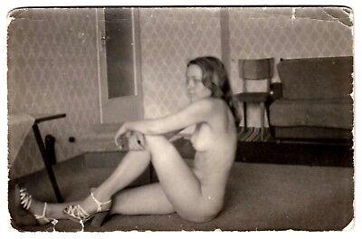 SHY NUDE WOMAN SITTING ON FLOOR / SITZENDE NACKTE * Vintage 50s Homemade Photo
