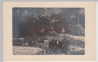 (F15258) Orig. Foto Arbeiter mit Vermessungstechnik an Brücke im Wald 1910er