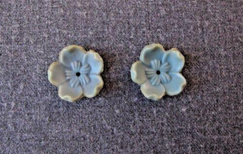 2 VINTAGE SKY BLUE PLASTIC FLOWER LOOSE BEADS JEWELRY MAKING FINDINGS