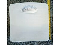 Mechanical Bathroom Scale - Large rotating dial - Compact - White