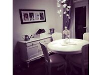 Chabby Chicc, distressed white farmhouse round table and 4 chairs