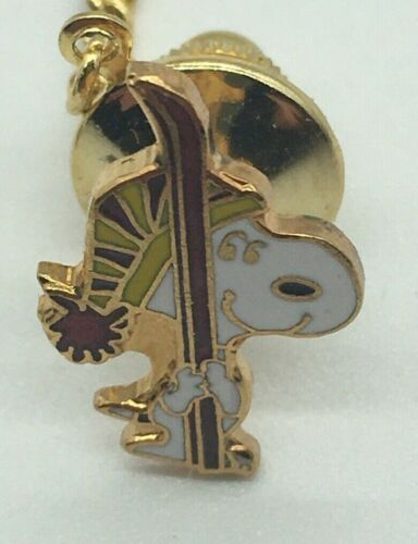 SNOOPY SKIER Tie Tack -VINTAGE- w/ Chain Enamel Gold Tone WITH ORIGINAL PACKAGE