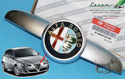 FREGIO LOGO ANTERIORE CON BAFFO SATINATO ALFA ROMEO 147 dal 12/2004 > ORIGINALE