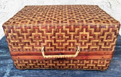 CHINESE VINTAGE TWO-TONE WOVEN WICKER STORAGE BASKET w/ HANDLE & WOOD HINGES
