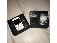BLACKBERRY BOLD 9900 WHITE UNLOCKED TO ALL NETWORKS BOXED WITH NEW BATTERY AND HEADPHONES