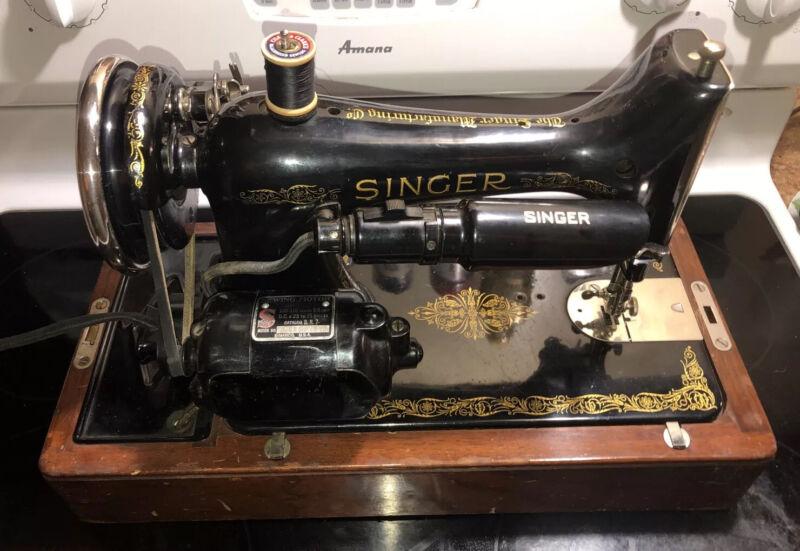 Antique Old Vintage 1926 99k Singer Sewing Machine w/wood case Rare EX condition