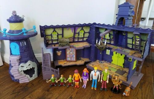 Scooby Doo Haunted Mansion and Lighthouse with 9 Figures