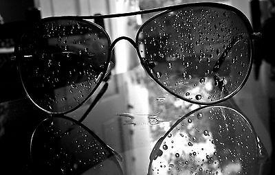 Gerahmter Druck - Aviator Sonnenbrille Bedeckte in Regentropfen (Bild