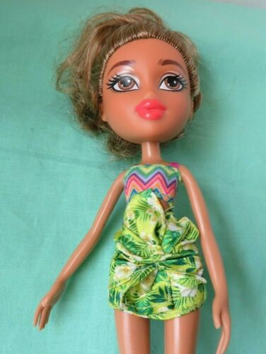 "Bratz 2015 YASMIN STUDY ABROAD 10"" DOLL w/  high heals and green skirt outfit"