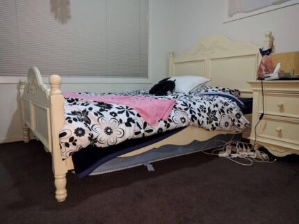 Queen Size Cream Coloured Matching Bedset