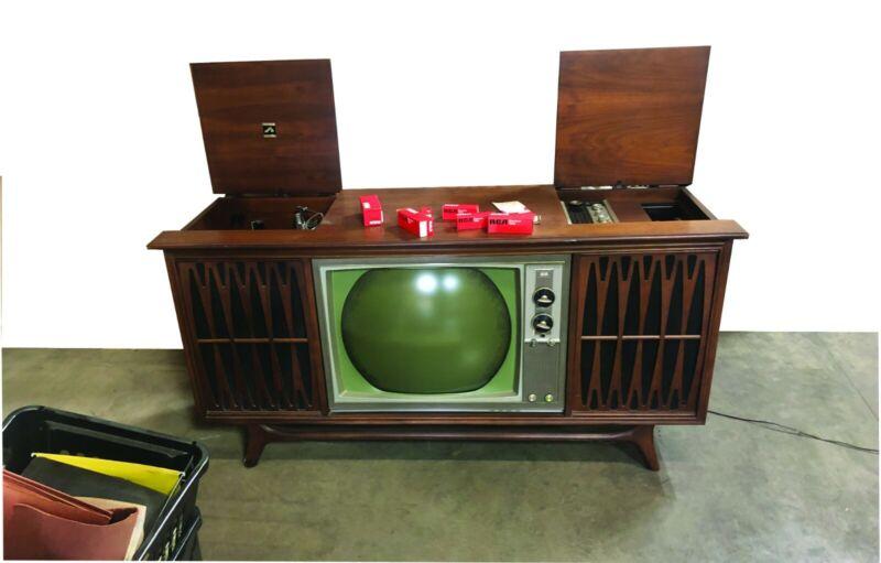 RCA Vista VictrolaTV Stereo Console 1964, turntable works, cabinet good shape.