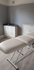 Beauty room to rent in Reading, sink, couch, stool, bills included