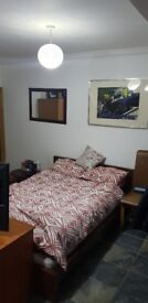 Large Bedsit with on suite bathroom to rent in shared house. £390/ month incl bills