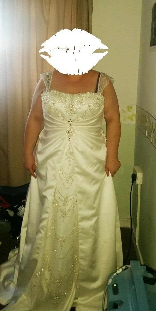NEVER WORNBeautiful size 18 Wedding Dressin Canvey Island, EssexGumtree - Beautiful Ivory size 18 wedding dress. Only tried on, never used as decided on a different dress In depth detail on the front, lace up/corset style back, long train. Ivory (picture makes it look more champagne!) Anymore questions feel free to ask....