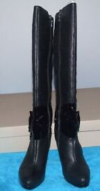 Brand New Bourne High Heeled Leather Black Kelly Boots With Buckled Bow Detail Size 36