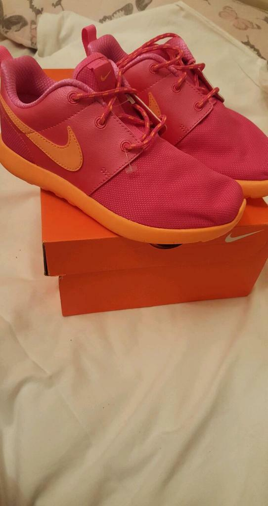 xkoih Nike roshe run girl trainer Sz 2/2.5 | in Coventry, West Midlands