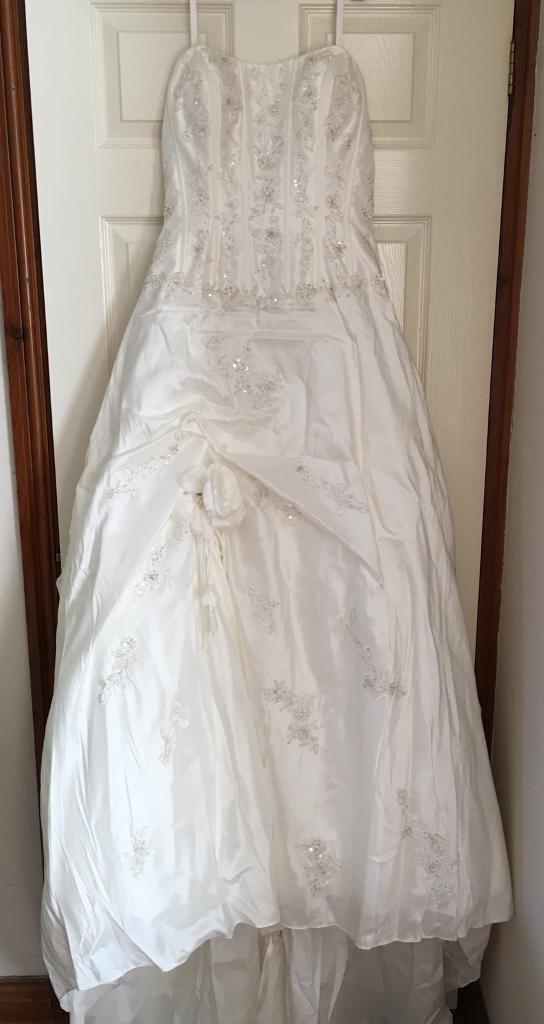 Wedding dressin Aylsham, Norfolk - An ivory wedding dress from Prima Donna.Very good condition.No marks, no rips/tears.Size 12 14.Minor alterations at the hem and bust supports inserted