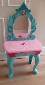Frozen vanity unit, princesses appear in mirror, plays let it go