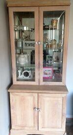 Display cabinet with glass shelfs