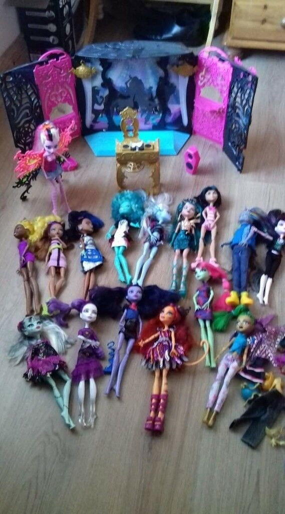16 Monster High Dolls and Monster High DJ play set