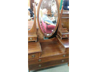Traditional dressing table. Mahogany. Large oval mirror.