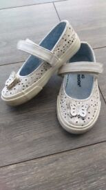 Girls size 7 white shoes