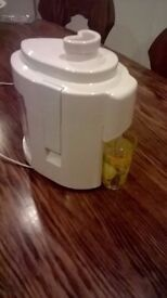 Juicer - little used - bought in Germany - threw box out - perfect working order.