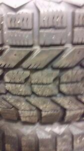 4 pneus d'hiver 215/65/17 Firestone WinterForce, 25% d'usure, 7-8-8-9/32 de mesure