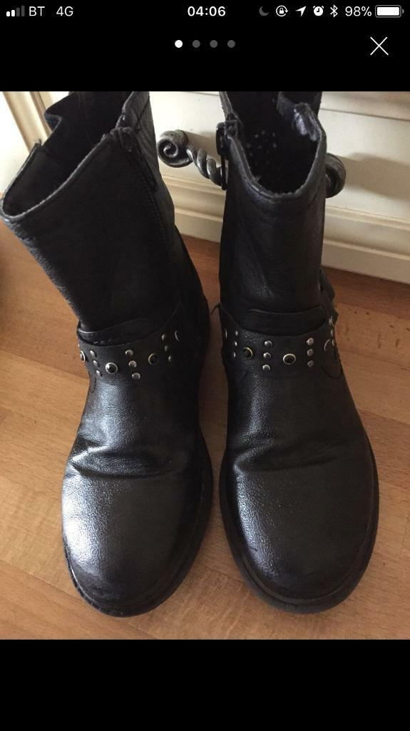 Girls size 12 winter boot black