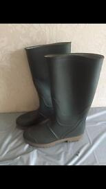 Size 7 welly boots.