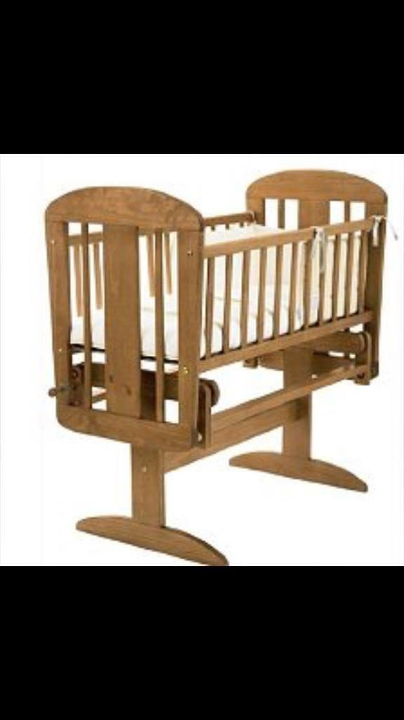 Swinging baby crib/cot