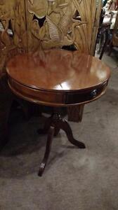 TABLE RONDE COIN 3 TIROIRS, ANTIQUE
