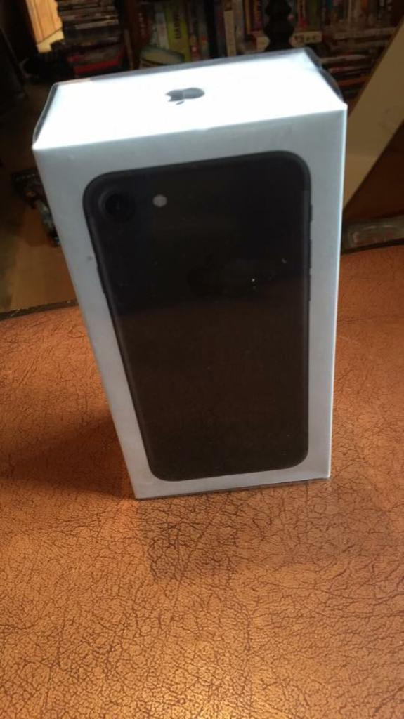 Brand new iPhone 7 32 GB - 1 year warranty - black, still in packaging with all extra parts