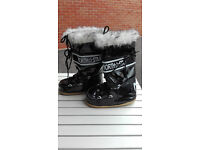 Selling Snow boots almost NEW