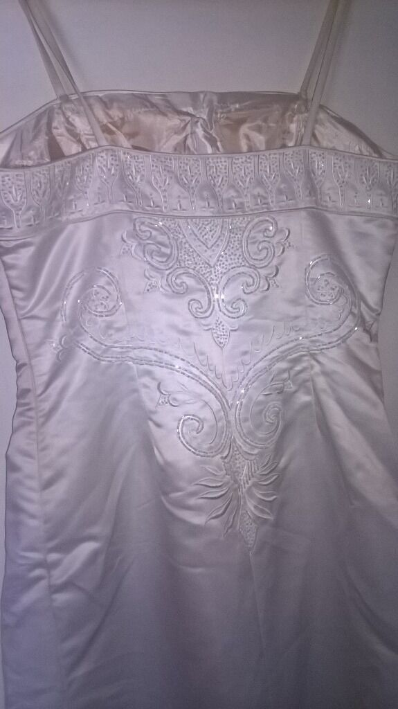 Beautiful summer wedding dress small size 14 whitein Kingswood, BristolGumtree - Beautiful wedding dress in need of clean and very slight repair looks stunning on but is a small size 14 cheap for the quality only used once. Easy to repair and clean in original cover. £100 ono collection in person