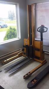 Graber Big Joe lift  motorisé  lève 6 pieds environ ajustable pour largeur de palettes Moins de 1000 heures