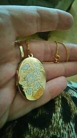 Large Hallmarked 9ct Gold Locket And Chain weighs 6.6g