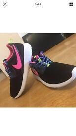 New Nike Roshe size 3.5 Black / Pink