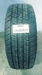 PNEU ÉTÉ USAGÉ / SUMMER USED TIRE 235/65R17 23565R17 COOPER DISCOVERER (1 SEUL DE DISPONIBLE)