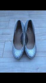Quiz Silver shoes size 4