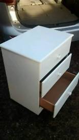 WHITE CHEST OF DRAWERS IN GOOD CONDTION ON CASTORS/WHEELS