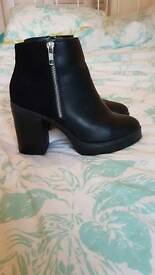 Black Chelsea heel boots with zip detail size 5 NEW LOOK