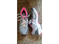 NIKE VOMERO 4 TRAINERS SILVER & GREY WITH PINK TRIMS UK SIZE 8