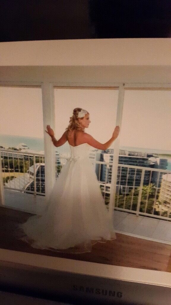 Beautiful wedding dress in immaculate condition <3