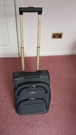 GLOBAL SMALL CABIN SIZE TRAVEL CASE TWO WHEELS EXTENDING HANDLE IN EXCELLENT CONDITION