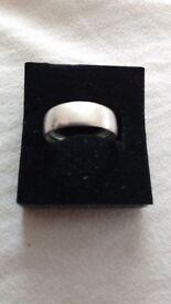 Silver band ring. Size P.
